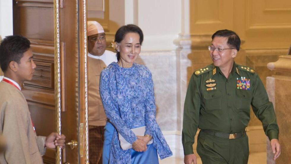 FIKK BEKYMRET BREV: I et bekymret brev ber tre lokale organisasjoner Aung San Suu Kyi om å «øyeblikkelig stoppe» planene om en norsk vannkraftutbygging i den krigsherjede    Shan-staten i Myanmar. Her er Nobelprisvinneren fra 1991 sammen med Myanmars militære sjef seniorgeneral Min Aung Hlaing, under innsettingsseremonien for den nye presidenten Htin Kyaw i Naypyitaw 30. mars i år. Foto: YE AUNG THU / EPA / NTB SCANPIX
