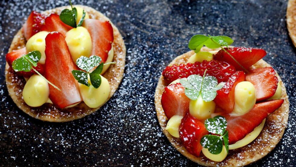 KANAPÉER: Nydelige små munnfuller som er enkle å anrette rett før servering. Stek butterdeigkjeksen på forhånd og ha vaniljekremen klar på en sprøytepose. Så er det bare å kutte opp norske jordbær - og pynte! Foto: METTE MØLLER