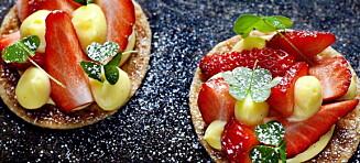 Deilige dessertkanapéer med butterdeig, vaniljekrem og jordbær