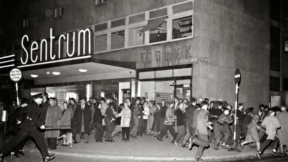 ROCKEOPPTØYER: Flere hundre ungdommer lager bråk etter visningen av filmen «Rock Around the Clock» i Sentrum kino i Oslo i september 1956. Foto: NTB Scanpix