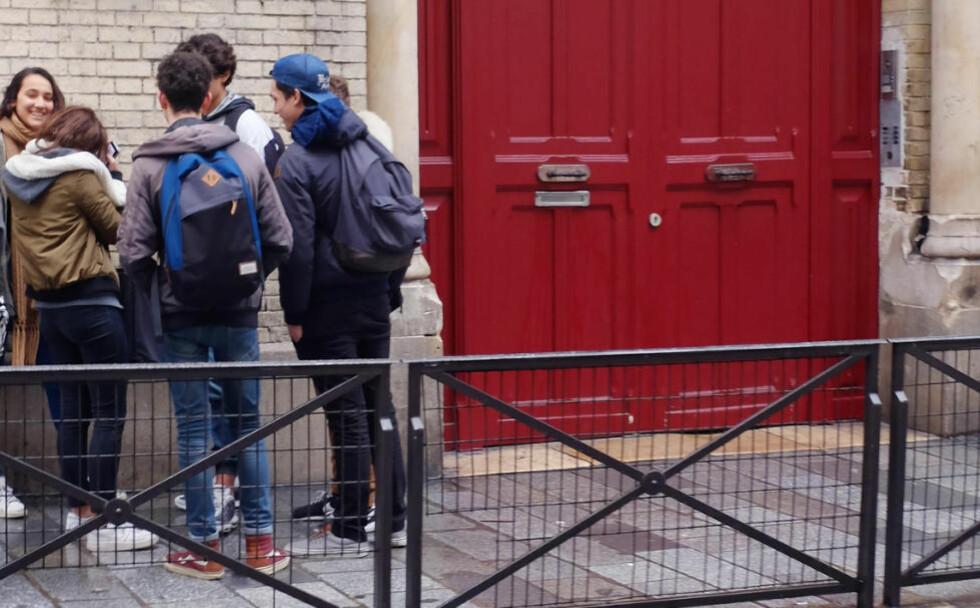 RØYKING: Det er dette franske skoleledere vil unngå; at elever samler seg utenfor skolene, som her ved skolen Lycee Victor Hugo i Paris. Derfor vil de at elevene igjen skal få lov til å røyke på skolens område. FOTO: AP Photo / Jacques Brinon / NTB scanpix