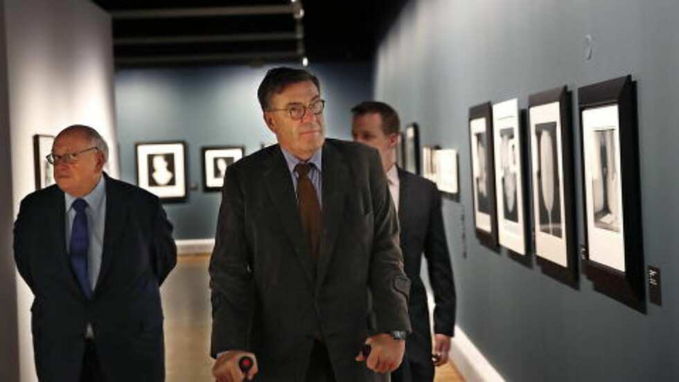 OMVISNING: Stein Erik Hagen viste Michael Ward Stout (til venstre) og Eric R. Johnson utstillingen på torsdag. Stout er direktør og Johnson er visedirektør for The Robert Mapplethorpe Foundation.    Foto: Jacques Hvistendahl / Dagbladet
