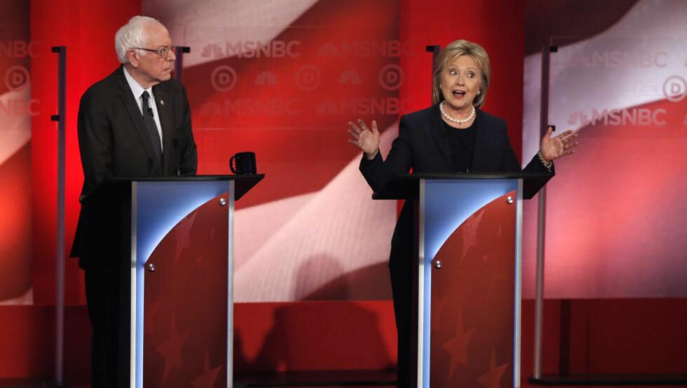 DEBATT: De to gjenværende demokratiske presidentkandidatene Bernie Sanders og Hillary Clinton møttes til debatt i New Hampshire hvor neste nominasjonsvalg holdes førstkommende tirsdag. Foto: REUTERS/Mike Segar