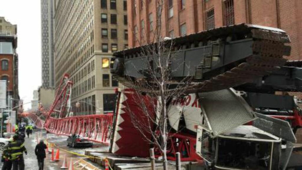 HAVNET OPP NED:  Krana krasjet inn i minst ett bygg før den traff bakken. Foto: Brannvesenet i New York