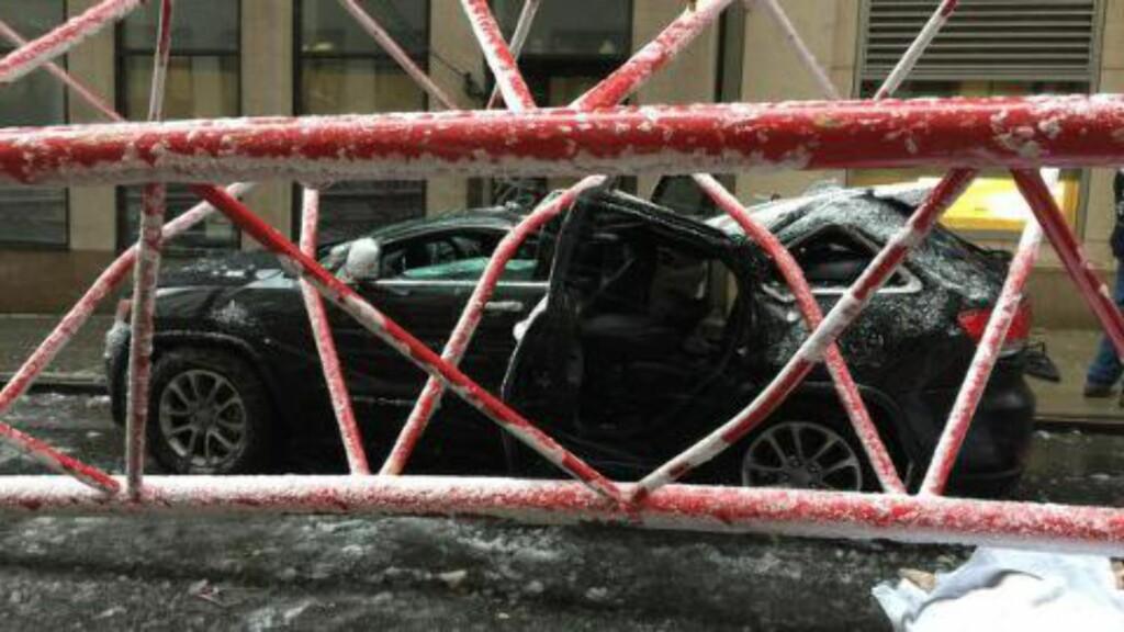 KNUSTE BILER:  Krana veltet og knuste flere bilder i Worth Street på Manhattan. Foto: Brannvesenet, New York