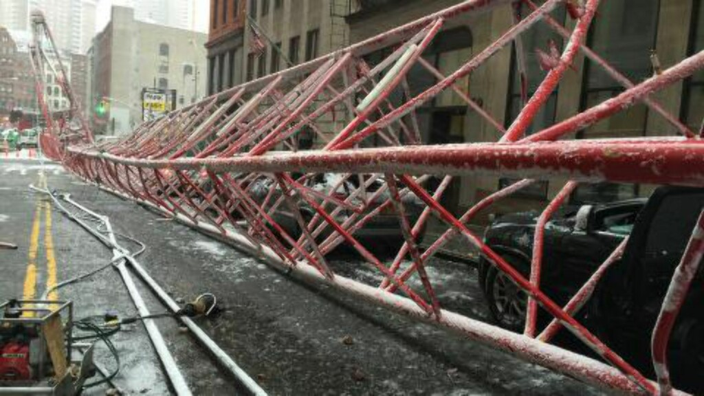 KOLLAPSET:  Det er ikke klart hvorfor krana falt over ende. En person er bekreftet død. Foto: Brannvesenet New York
