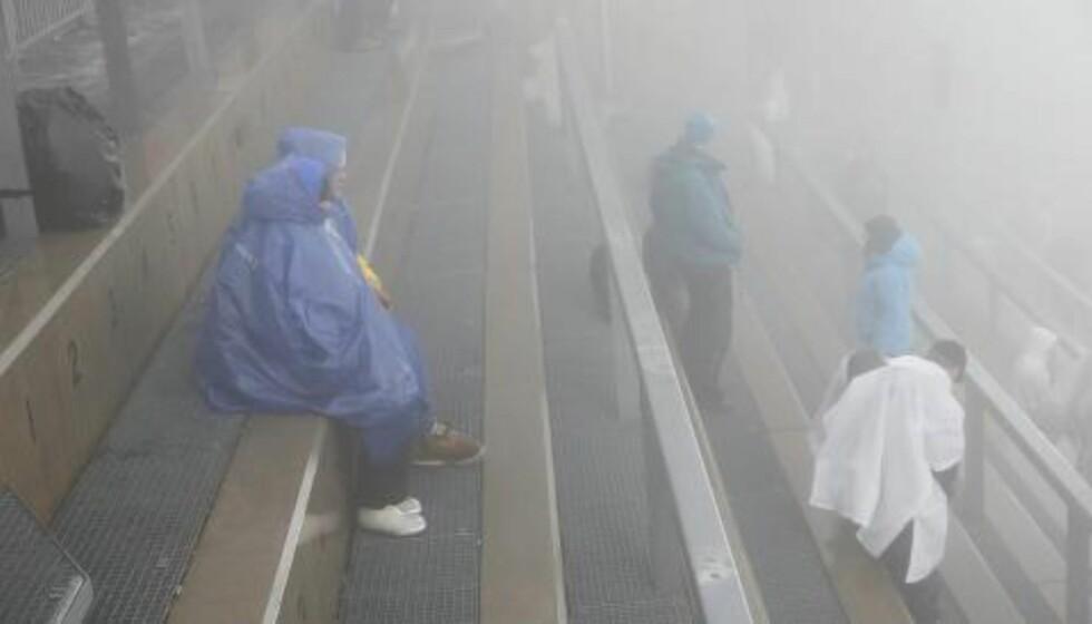 TÅKE, TÅKE, TÅKE:  Ingen var fornøyd med været i Holmenkollen søndag. Slik så det ut på tribunen. Foto: Terje Bendiksby / NTB scanpix