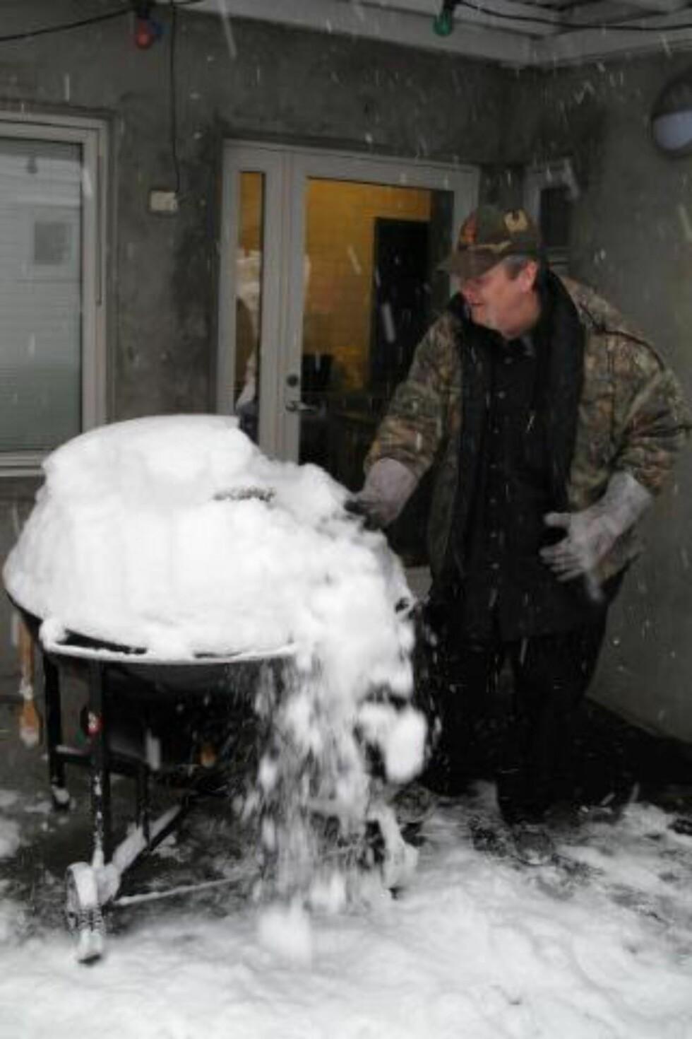 SNØ INGEN HINDRING: Grillkongen Craig Whitson pleide å ha sin «prime time» fra mai til august. Nå er sesongen sterkt utvidet.Foto: PRIVAT