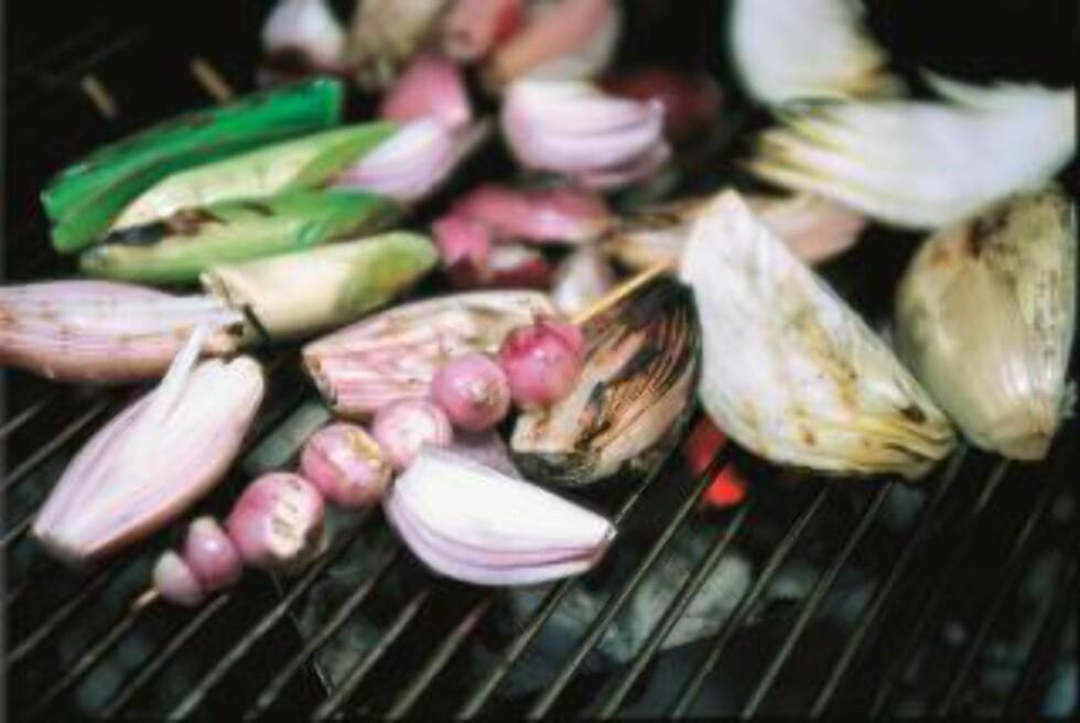TILBEHØR: Løk i ulike varianter og rotgrønnsaker er fint nå om vinteren. Foto:GEIR EGIL BERGJORD