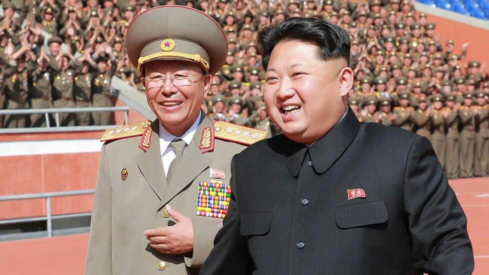 GLADERE DAGER: Her er deltar hærsjef Ri Yong-Gil sammen med Nord-Koreas diktator Kim Jong-Un på nasjonens 70-årsfeiring i oktober i fjor. Nå melder sørkoreanske medier at hærsjefen er henrettet. Foto: KNS/AFP/Scanpix