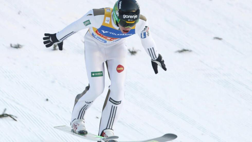 FALT: Peter Prevc falt på 249 meter, men fikk likevel 15 i stil av én av dommerne. Sloveneren vant dermed med fall i Vikersund. Foto: Terje Bendiksby / NTB scanpix