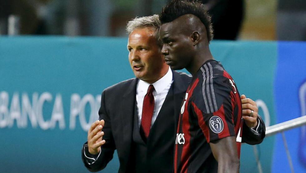 BLE RASENDE: Milan-trener Sinisa Mihajlovic forsøkte å instruere Mario Balotelli til å jobbe defensivt. Det gikk bare ikke. Foto: Scanpix