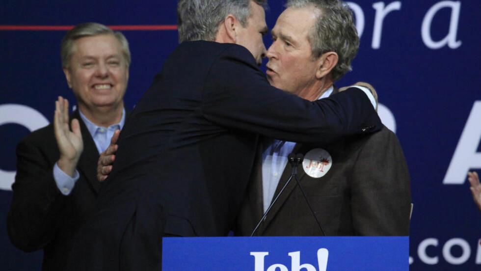 BRØDRE: Jeb Bush ga sin storebror George W. Bush en god klem på scena i North Charleston i Sør-Carolina i natt norsk tid. Foto: REUTERS / Randall Hill / NTB scanpix