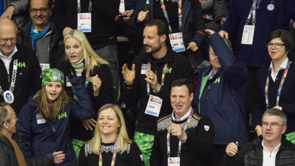 VIP-TRIUBUNEN:  Idrettspresident Tom Tvedt (midt i bildet nederst) med fine gjester i Gjøvik Fjellhall. Denne gangen venter de sentrale idrettslederne på lokal begeistring for nye OL-planer før de selv blir med på arbeidet med å søke vinter-OL 2026. FOTO: Geir Olsen / NTB scanpix.