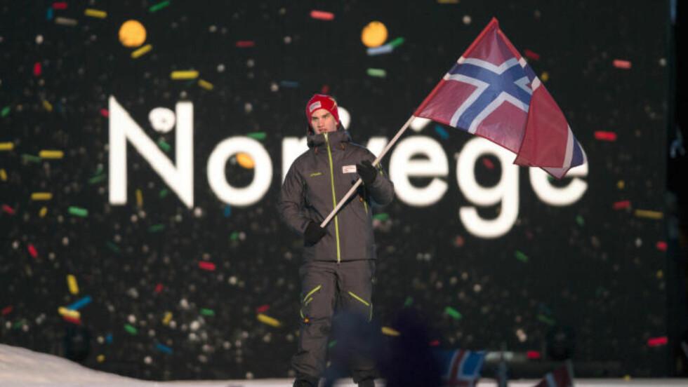 HELT NYE FJES:  Ungdoms-Ol 2016 ble styrt til suksess av unge voksne. Det blir en fornyet idrettsbevegelse som prøver å fortsette suksessen så fort som mulig. Her fra åpningsseremonien med flaggbærer Aleksander Melås som var med i aking. FOTO: Terje Pedersen / NTB scanpix.