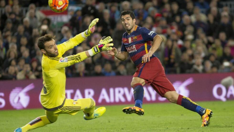 SCORINGSMASKINEN. Luis Suarez smadrer rekordene. Tirsdag er det Arsenal som skal få sitt å slite med, når Barcelona kommer på besøk i åttedelsfinalen i Champions League. Her er Suarez i aksjon mot Celta Vigo 14. februar. Foto: Abaca/NTB scanpix