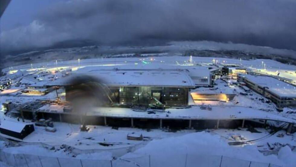 FLESLAND I MORGES: Et kraftig snøfall i natt har ført til at Bergen flyhavn Flesland har møttet innstille alle flyvninger i morges. Foto: Webkamera/Avinor