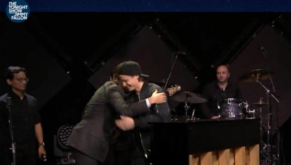 FIKK KLEM: Etter opptredenen fikk Kygo en klem av programleder Jimmy Fallon. Han spilte låta «Stole The Show» på talkshowet, som i snitt har åtte millioner seere. Foto: Skjermdump/Tonight Show With Jimmy Fallon