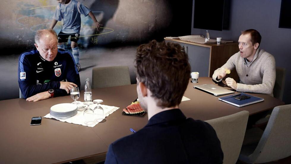 MED OG UTEN KONTROLL: Som fotballandslagste pressesjef ønsker Svein Graff (t.h.) å full kontroll når medier som Dagbladet intervjuer Per-Mathias Høgmo. Som administrerende direktør for Ullevaal Media Center har han mistet kontrollen i spørsmål som handler om NFFs forretningsmessige troverdighet, skriver Morten Pedersen i denne kommentaren. Foto: Jacques Hvistendahl / Dagbladet
