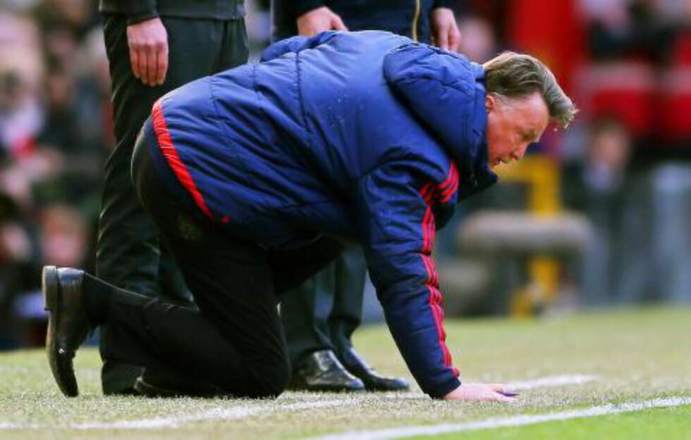OPP IGJEN: I likhet med United stablet van Gaal seg på beina. Foto: EPA/NIGEL/NTB Scanpix