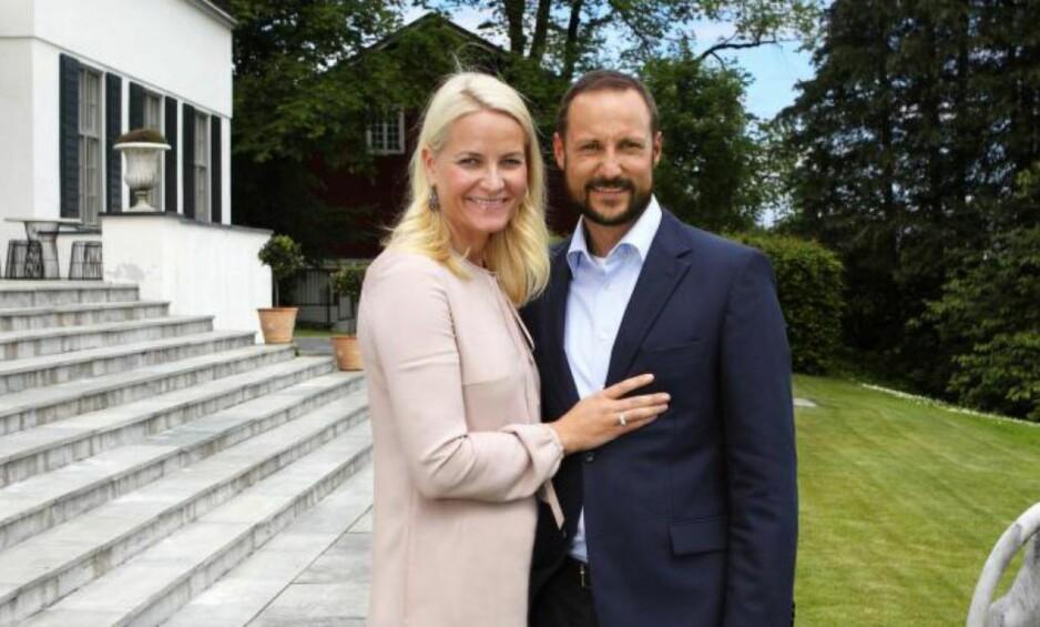 HJEMME PÅ SKAUGUM: Kronprinsesse Mette-Marit og kronprins Haakon bor på fasjonable Skaugum gård i Asker, der kronprinsen har særeie, ifølge eiendomsdokumenter. Foto: Lise Åserud / NTB scanpix.