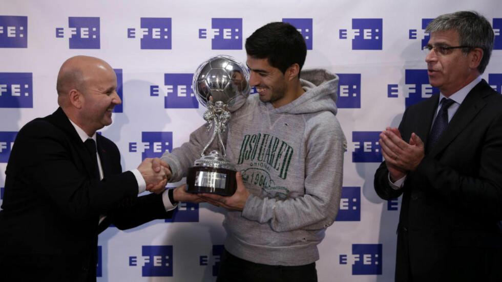 MOTTOK PRIS:  Luis Suarez fikk prisen for beste Latin-Amerikaner i La Liga forrige sesong. Foto: EFE/Alberto Estevez/NTB Scanpix.