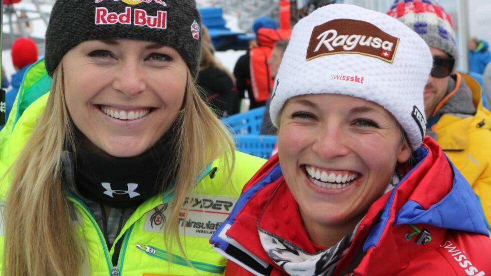 IKKE BARE KRANGLING: Lindsey Vonn (t.v.) og Lara Gut smiler sammen etter et renn i Cortina, Italia, januar i fjor. Foto: AP Photo/Armando Trovati