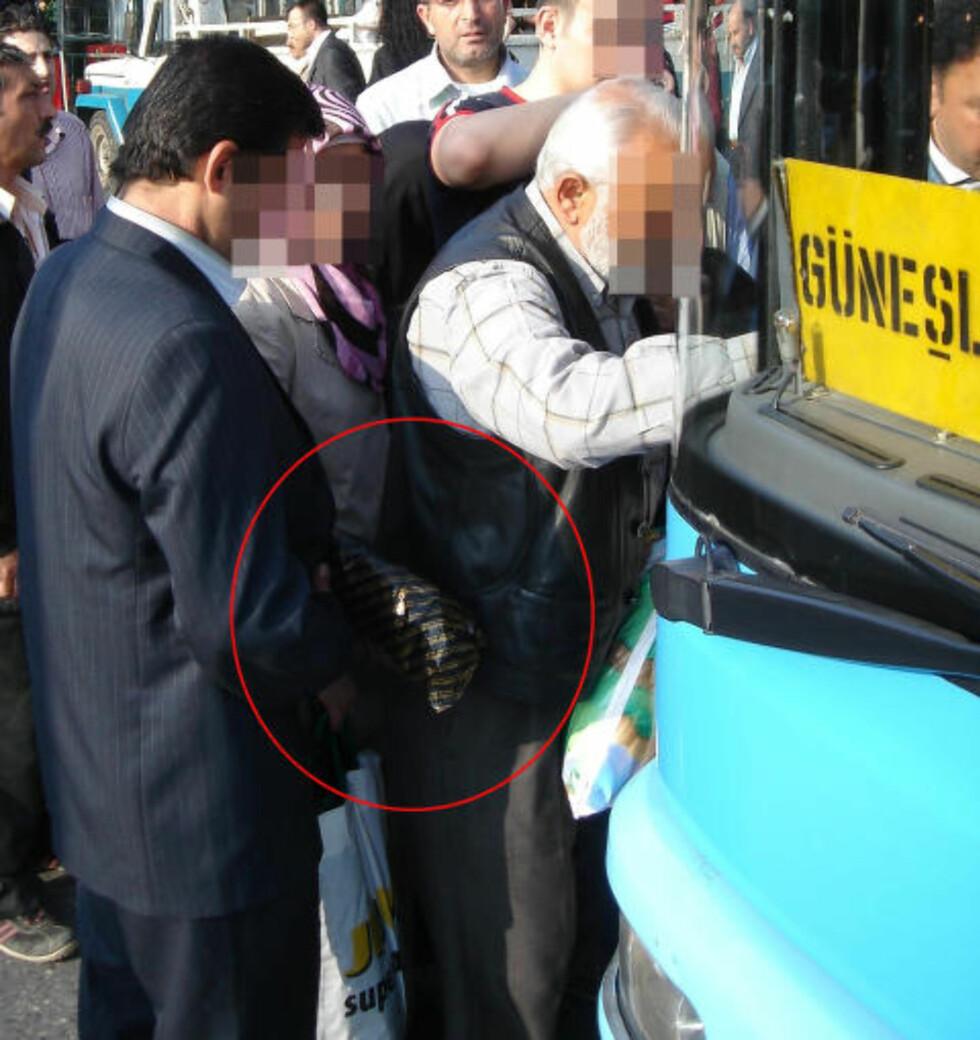 LOPPES: En eldre mann blir utsatt for lommetyver på gata i Istanbul. Foto: Bob Arno