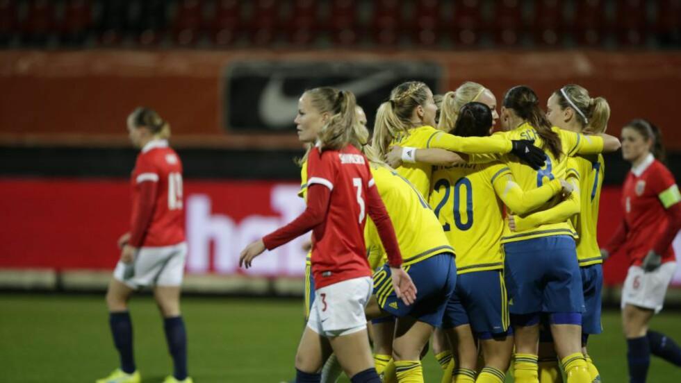 SVERIGE LEDER: Svensk jubel etter at Lisa Dahlkvist ga Sverige ledelsen 1-0 etter to minutter. Foto: Berit Roald / NTB scanpix