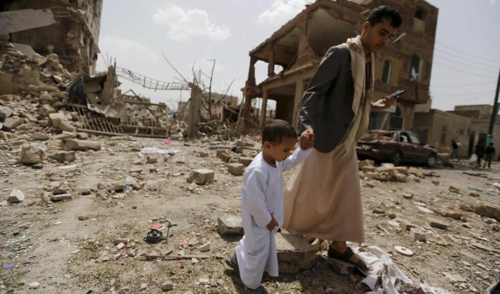 BOMBET: Her traff bombene fra et saudi-arabisk flyangrep i Sanah i juli i fjor. Ved årsskiftet var 2800 personer i følge FN drept i krigen i Jemen. Foto: Khaled Abdullah/Reuters/Scanpix