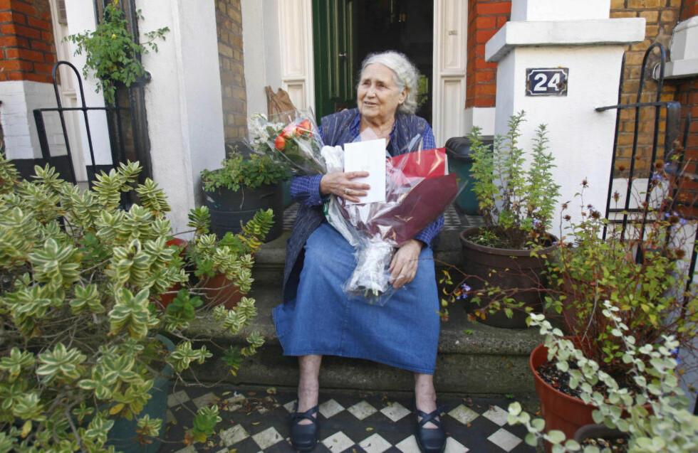 ELDSTE VINNER: Doris Lessing på trappa foran hjemmet sitt i London rett etter at hun fikk Nobelprisen i 2007. Foto: Kieran Doherty/NTB Scanpix