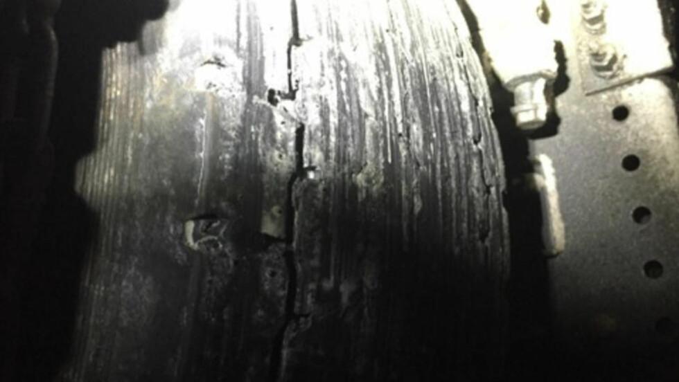 BOM FAST PÅ NORSK VINTERFØRE:  Slik så dekkene ut på vogntoget fra Ukraina, som prøvde å ta seg over Hardangervidda i bratt og glatt snøføre, da politiet kom fram til havaristen seint torsdag kveld. Politiet tar forbehold om at deler av slitasjen kan ha skjedd i forsøket å komme seg løs fra floken ved Sysendammen over Eidfjord. Foto: Politiet