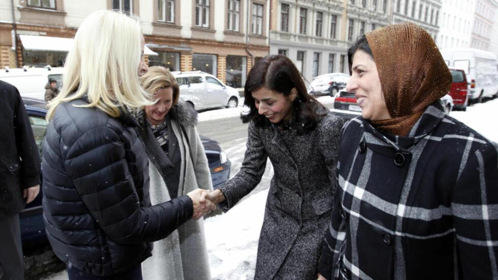 BLIR LEDER: Mina Adampour (i midten) og mora Afsaneh Adampour, møtte i 2011 kronprinsesse Mette-Marit og dronning Sonja da kongehuset inviterte muslimer til samtaler. Nå er Mina Adampour blitt leder i en nystiftet antirasistisk organisasjon. Foto: Lise Åserud / Scanpix POOL