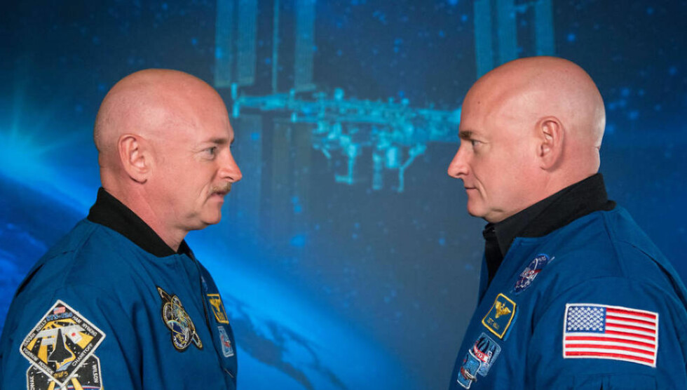 HØYDEFORSKJELL:  Ett år med vektløshet har gjort at ryggraden til Scott Kelly (t.h.) har strukket seg slik at han plutselig er høyere enn sin eneggede tvilling Mark. Foto: NASA