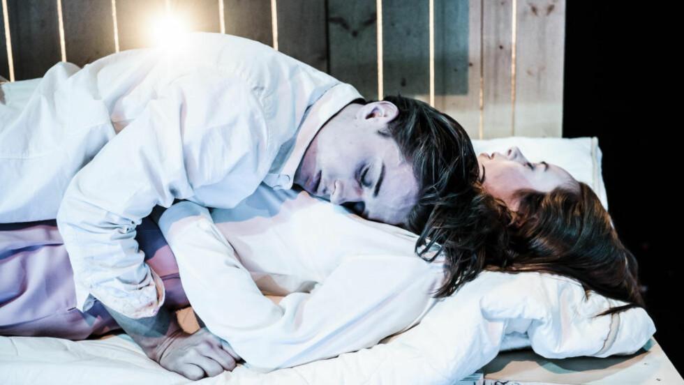 ELSKER OG DØR: Romeo (Axel Gherken Bøyum) og Julie (Kjersti Dalseide). Foto: Gisle Bjørneby, Det Norske Teatret