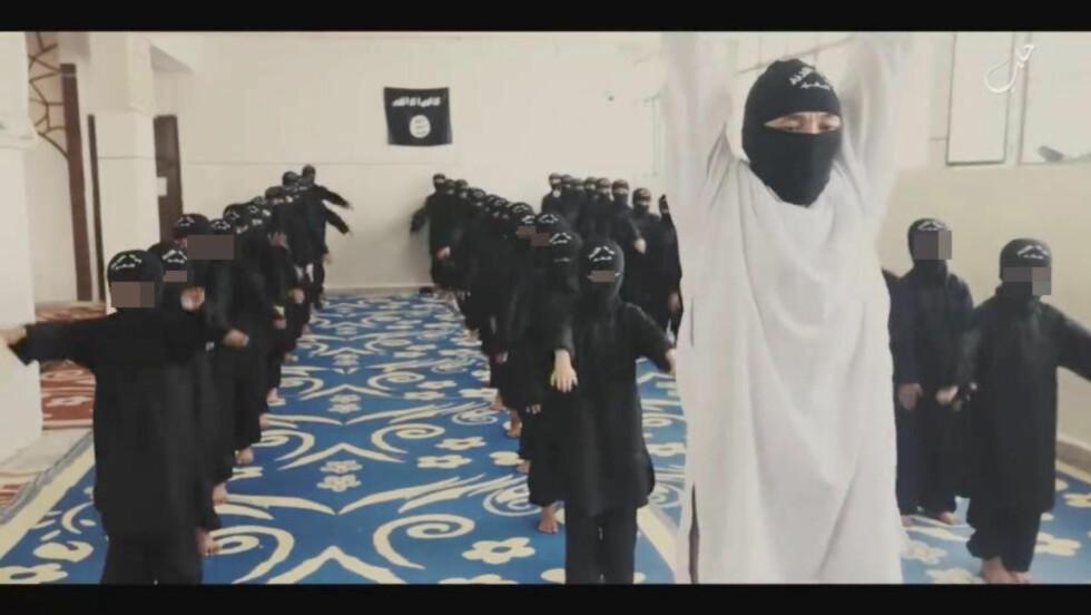 TRENES OPP: IS slipper jevnlig propaganda som viser hvordan de trener opp barn til å bli terrorister. Foto: NTB scanpix