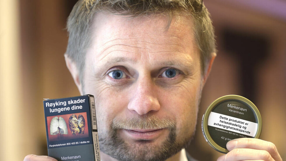 GUTTEN I RØYKEN: Helse- og omsorgsminister Bent Høie (H) viste de ny innpakningene til snus og tobakkspakker, på en pressekonferanse om forebyggende tiltak på tobakksområdet. Frp får han ikke støtte fra.  Foto: Vidar Ruud / NTB scanpix
