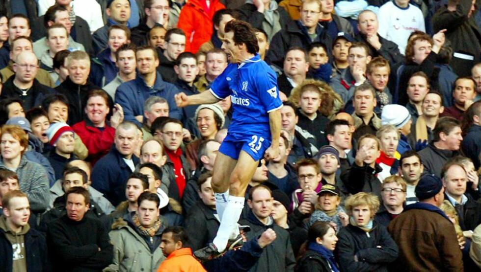 FANSENS FAVORITT:  Gianfranco Zola vil for alltid bli husket blant Chelsea-fansen. Her er elleve øyeblikk som fansen vil huske. Foto: EPA PHOTO AFPI/ADRIAN DENNIS/NTB SCANPIX.