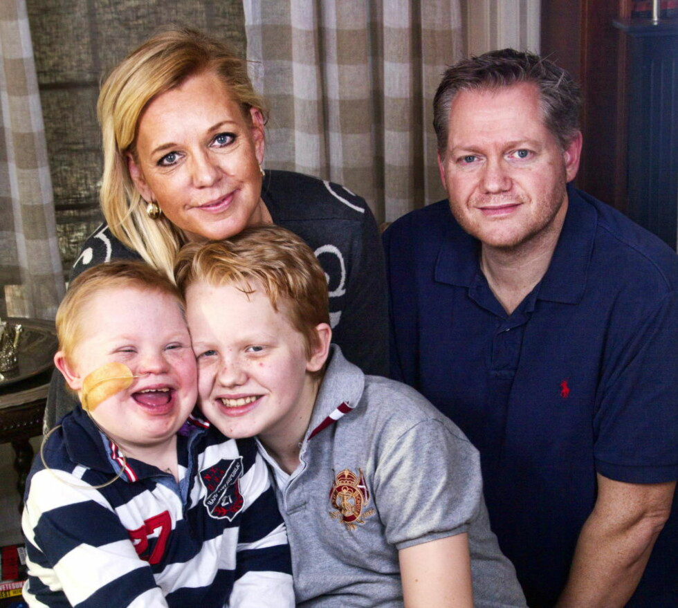 KJEMPER SAMMEN: Monica og Håkon har vært hjemme med Martin siden han fikk kreft. Martin er glad for at også storebror Marcus har tatt seg noen fridager fra skolen.Foto: Svend Åge Madsen