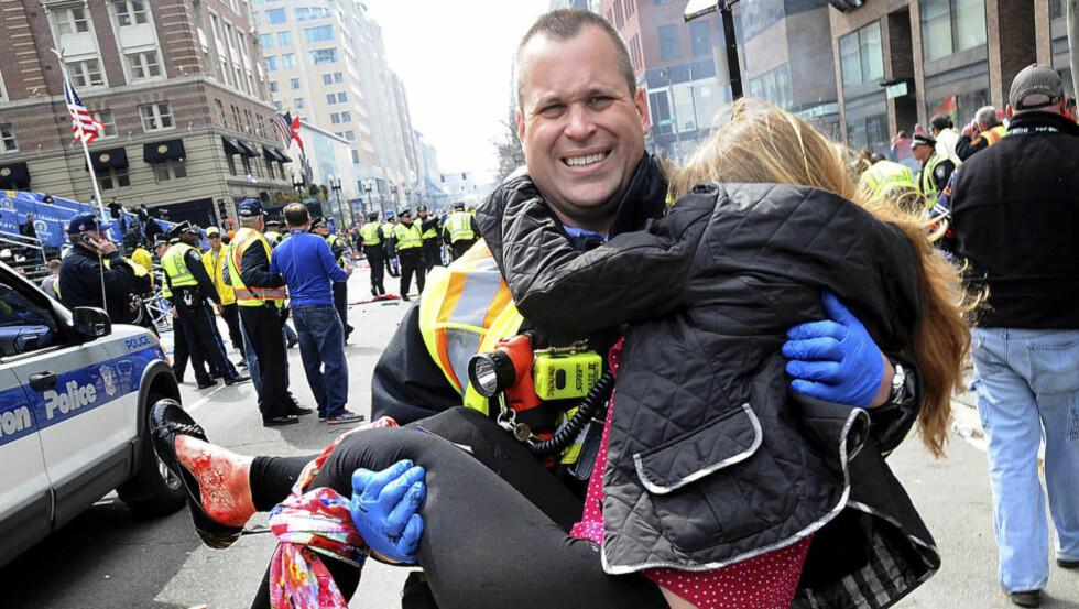 SYMBOL: Victoria McGrath ble et symbol etter dette bildet da maratonløpet i Boston ble rammet av en terroraksjon. I dag ble det bekreftet at den 23 år gamle kvinnen har mistet livet i en trafikkulykke i Dubai. Foto: AP Photo/MetroWest Daily News, Ken McGagh/NTB Scanpix