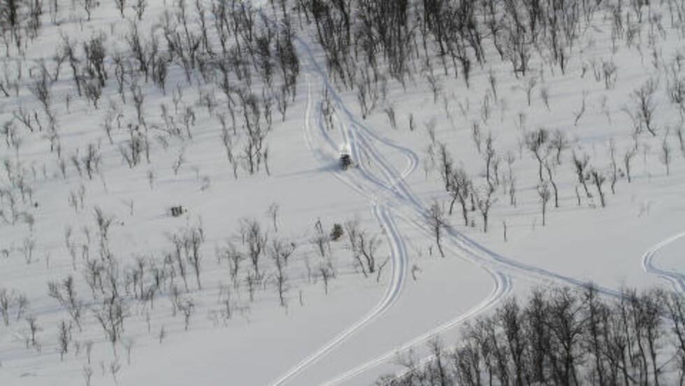 FLERE KONTROLLER:  Siden i fjor har politiet i Troms hatt flere kontroller for å ta folk som kjører snøscooter ulovlig i marka. Dette bildet er fra en kontroll rett før påske i fjor. Politiet samarbeider med Statens naturoppsyn, Statskog-fjelltjenesten og Tollvesenet om kontrollene. Foto: Politiet