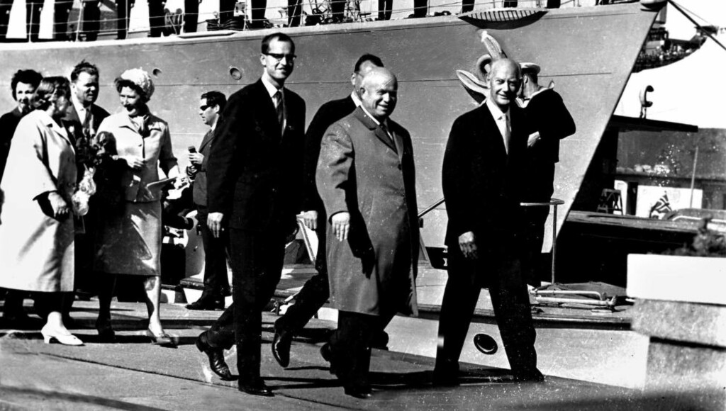 OPPGJØRET: Sovjetunionens statsminister Nikita Krustsjov og hans kone Nina ankommer Oslo med båt i 1964. Og, på Rådhusplassen blir han møtt av statsminister Einar Gerhardsen, han som ble landsfaderen fra Arbeiderpartiet, men han som ung mann i 1920 var på reise i Sovjetunionen og kom tilbake som troende kommunist. I en ny bok følger vi Gerhardsens vei fra rødglødende kommunist til oppgjøret med den «røde fare» fra øst. Foto: Åsgeir Valldal