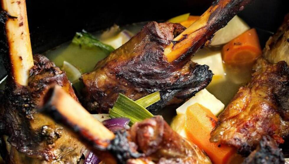 LAMMESKANK I GRYTE : Kutt grønnsakene grovt, legg i kjøttet og fyll på med vann. Så enkelt lager du denne retten. Men ikke ha dårlig tid. Den trenger to-tre timer før den er klar. Foto: METTE MØLLER