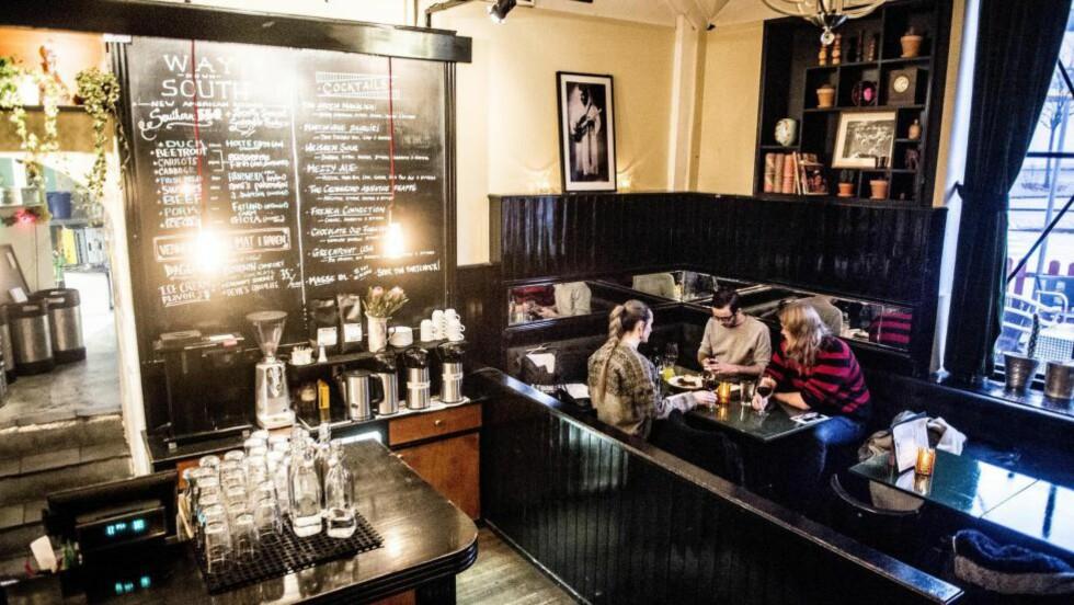 ANNERLEDES: Restaurant The Crossroad Club har underlig beliggenhet og er både spisested og musikksted. Våre anmeldere lot seg stort sett begeistre. Menyen passer sultne og sosiale mennesker som liker det amerikanske. Foto:THOMAS RASMUS SKAUG