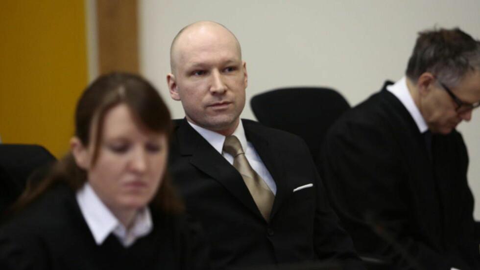 TILBAKE I RETTEN: Anders Behring Breivik (37) har saksøkt staten for nedverdigende og umenneskelig behandling i fengselet. Her mellom sine advokater Mona Danielsen og Øystein Storrvik. Foto: Nina Hansen / Dagbladet