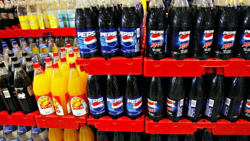 NOEN AV DISSE SKATTELEGGES: Lettbrus vil slippe unna avgiften i Storbritannia, mens den sukkerholdige varianten vil stige i pris. Foto: NTB Scanpix