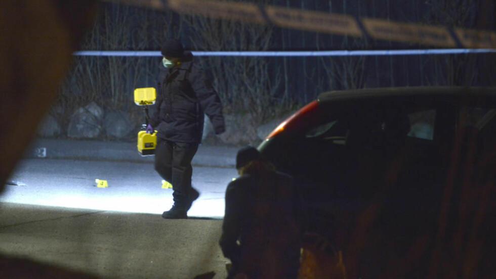 23-ÅRING DREPT:  En 23 år gammel mann ble i dag skutt i Bredäng, sør i Stockholm, og døde seinere på sykehus. Politiet utfører her undersøkelser på stedet. Foto: Vilhelm Stokstad / TT / NTB Scanpix