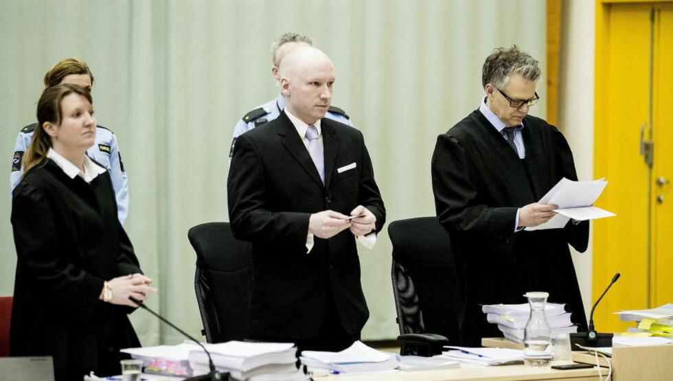 - MENTALT SÅRBAR: Anders Behring Breivik (37), mellom sine advokater Mona Danielsen og Øystein Storrvik i retten i dag. Storrvik sier klienten virker mentalt sårbar av isolasjonen. Foto: Bjørn Langsem / Dagbladet