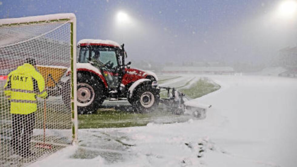 SKIFØRE: Alfheim stadion måtte ryddes for snø før kampen. Foto: Rune Stoltz Bertinussen / NTB scanpix