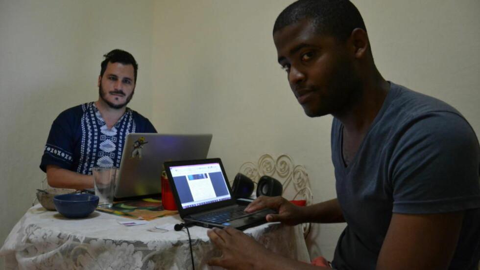 BLOGGERE: Norges Rodríguez ( til høyre) og Taylar Torres ønsker å bidra til at internett blir tatt i bruk i hele det cubanske samfunnet. Dit er det fortsatt altfor langt, mener de. Foto: Kirsten Karlsen.